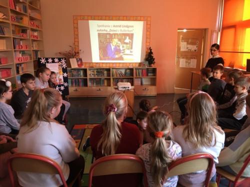 """Spotkanie z Astrid Lindgren - Święta w Bullerbyn"""". Wizyta kl. III c w bibliotece szkolnej."""